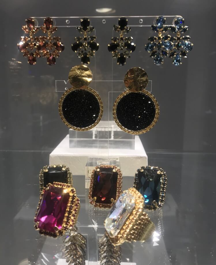 En av mina absoluta favoriter är Caroline Svedboms vackra smycken med  Swarowski-stenar. De nya feta mafiosoringarna är poppis i artistsvängen. e0247b6d126bc