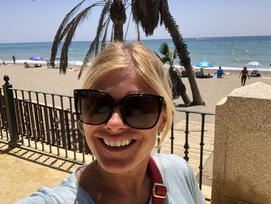 Yoga med Emilia under palmerna på stranden