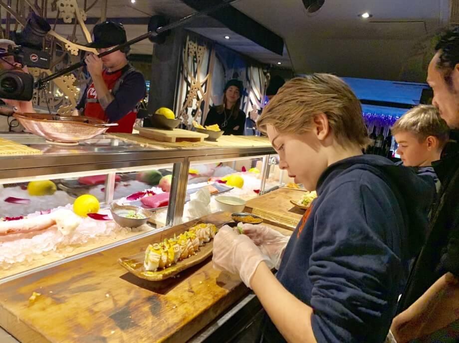 Theos grymma sushi på Kasai!
